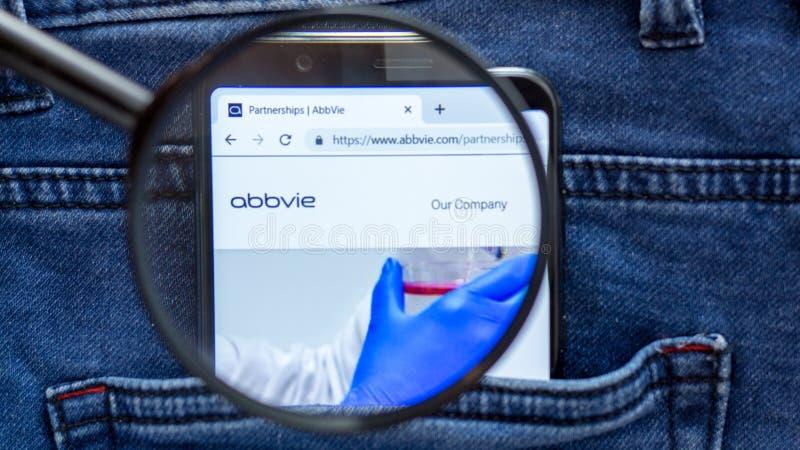 De homepage van de Abbviewebsite Abbvieembleem zichtbaar op de smartphonevertoning Brand op witte achtergrond royalty-vrije stock foto's