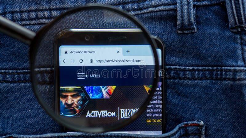 de homepage van de activisionwebsite activisionembleem zichtbaar op de smartphonevertoning royalty-vrije stock foto