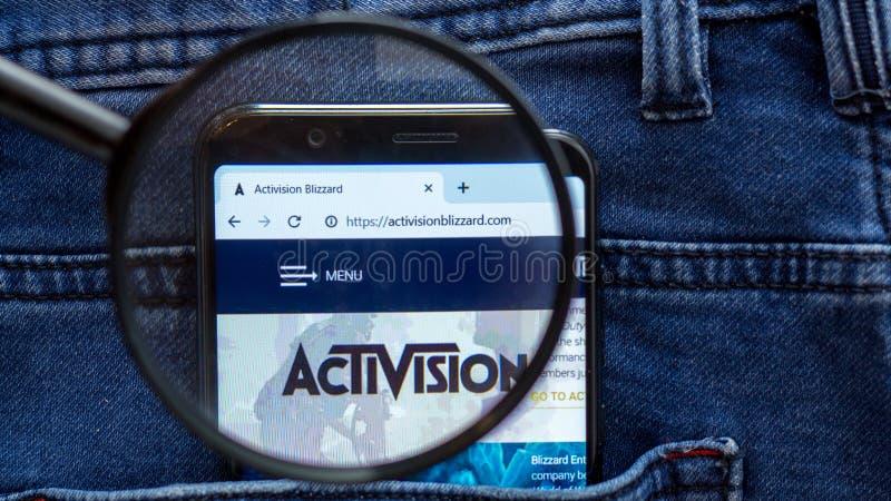 de homepage van de activisionwebsite activisionembleem zichtbaar op de smartphonevertoning royalty-vrije stock afbeelding