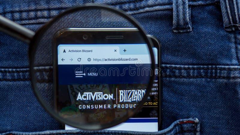 de homepage van de activisionwebsite activisionembleem zichtbaar op de smartphonevertoning stock afbeelding