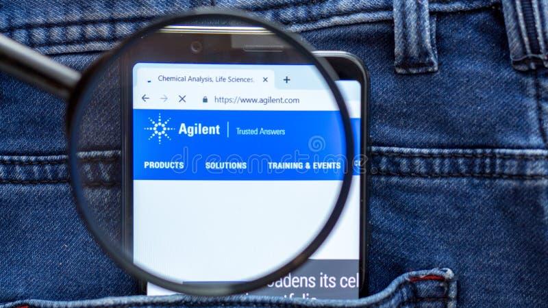 De homepage van de Agilentwebsite Agilentembleem zichtbaar op de smartphonevertoning stock foto
