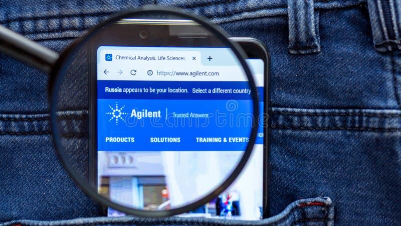De homepage van de Agilentwebsite Agilentembleem zichtbaar op de smartphonevertoning royalty-vrije stock foto's