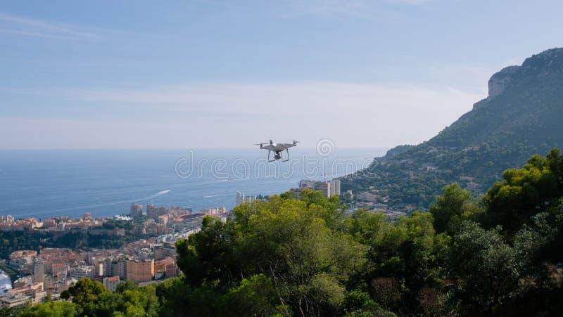 De hommel, flyingon de witte rotsen tegen de blauwe hemel quadrocopter fpv vliegt camera rc controlemechanisme royalty-vrije stock foto's