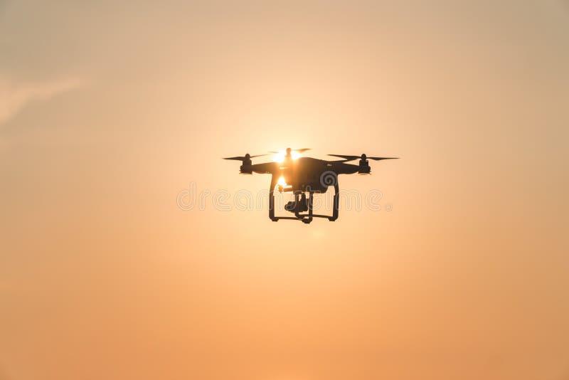 De hommel in de zonsonderganghemel de oceaangolfbergen sluiten omhoog van quadrocopter in openlucht concept voor het huwelijksvid stock afbeelding