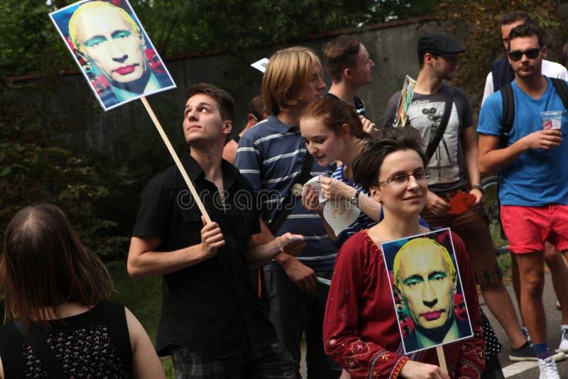 De homoseksuele activisten protesteren tegen de Russische anti vrolijke wetten stock afbeelding