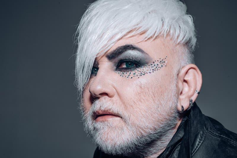 De homosexueel is goed Transsexueelpersoon Exotische hipstermens met manierkapsel De stijl van de Hipstermanier Gebaarde mens met stock afbeelding