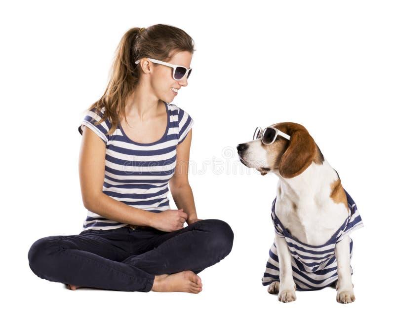 Hond en vrouw in studio royalty-vrije stock afbeelding