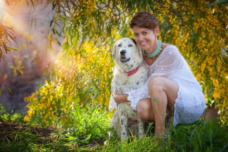 De hond van het familiehuisdier in openlucht met vrouwelijke eigenaar royalty-vrije stock foto's
