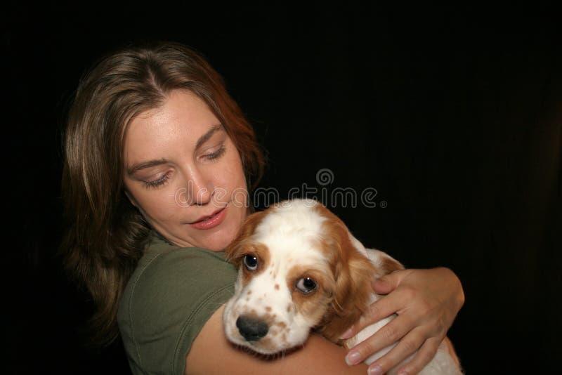 De Hond van Petting van de vrouw stock foto's