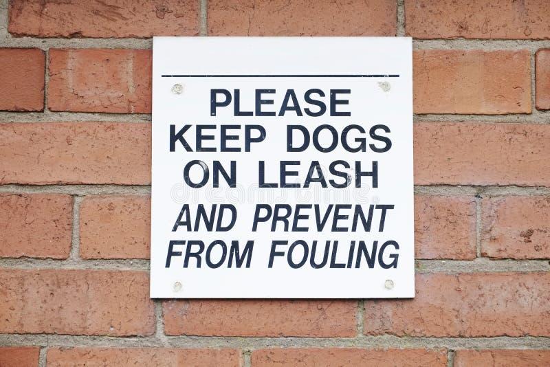 De honden moeten op een lood of een leibandteken en pictogram worden gehouden stock afbeeldingen
