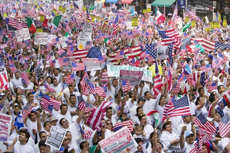 De honderdduizenden immigranten nemen aan maart deel voor Immigranten en Mexicanen die tegen Illegale immigratiehervorming protes royalty-vrije stock afbeelding