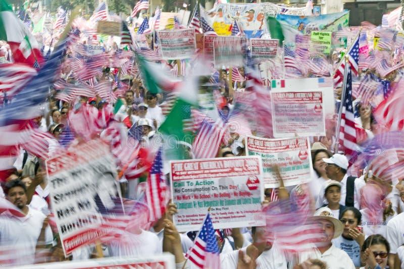 De honderdduizenden immigranten nemen aan maart deel voor Immigranten en Mexicanen die tegen Illegale immigratiehervorming protes royalty-vrije stock foto