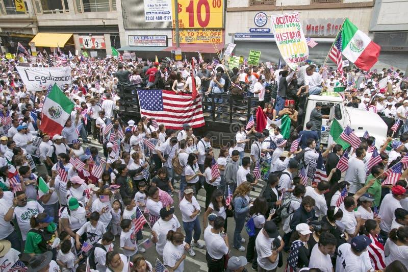 De honderdduizenden immigranten nemen aan maart deel voor Immigranten en Mexicanen die tegen Illegale immigratiehervorming protes stock foto's