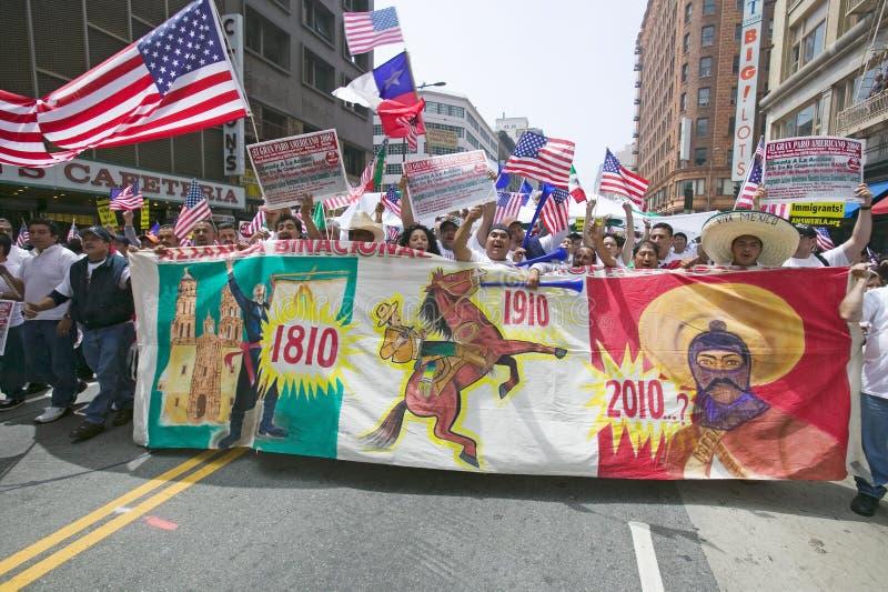 De honderdduizenden immigranten nemen aan maart deel voor Immigranten en Mexicanen die tegen Illegale immigratiehervorming protes stock fotografie