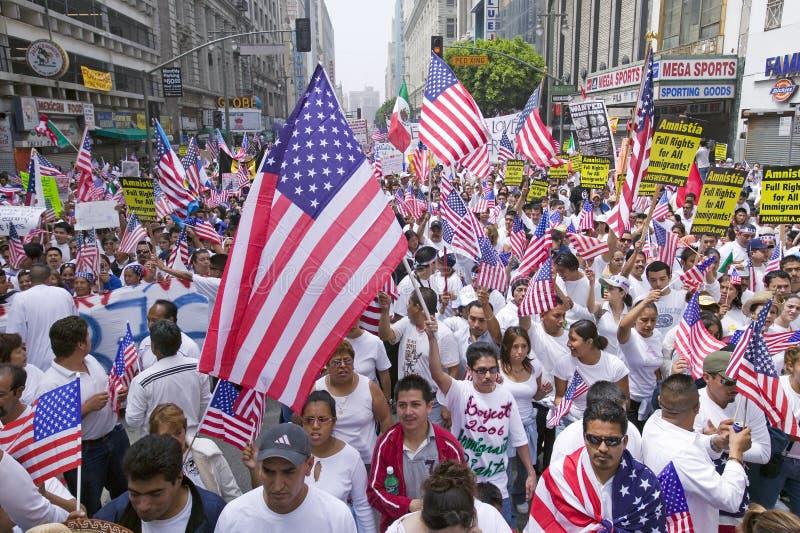 De honderdduizenden immigranten nemen aan maart deel voor Immigranten en Mexicanen die tegen Illegale immigratiehervorming protes stock afbeelding