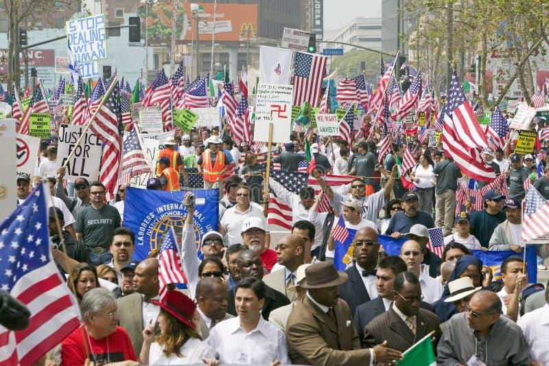 De honderdduizenden immigranten nemen aan maart deel voor Immigranten en Mexicanen die tegen Illegale immigratiehervorming protes royalty-vrije stock fotografie