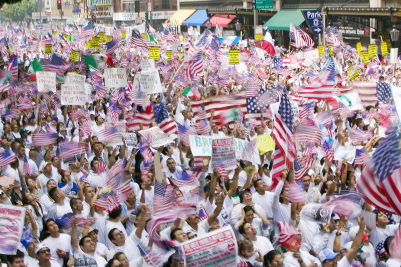 De honderdduizenden immigranten nemen aan maart deel voor Immigranten en Mexicanen die tegen Illegale immigratiehervorming protes royalty-vrije stock afbeeldingen