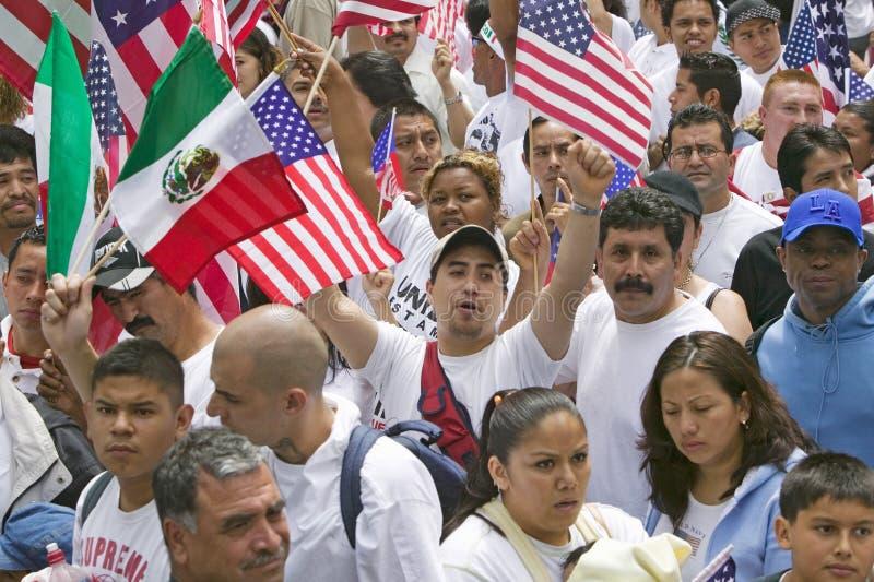 De honderdduizenden immigranten nemen aan maart deel voor Immigranten en Mexicanen die tegen Illegale immigratiehervorming protes stock foto