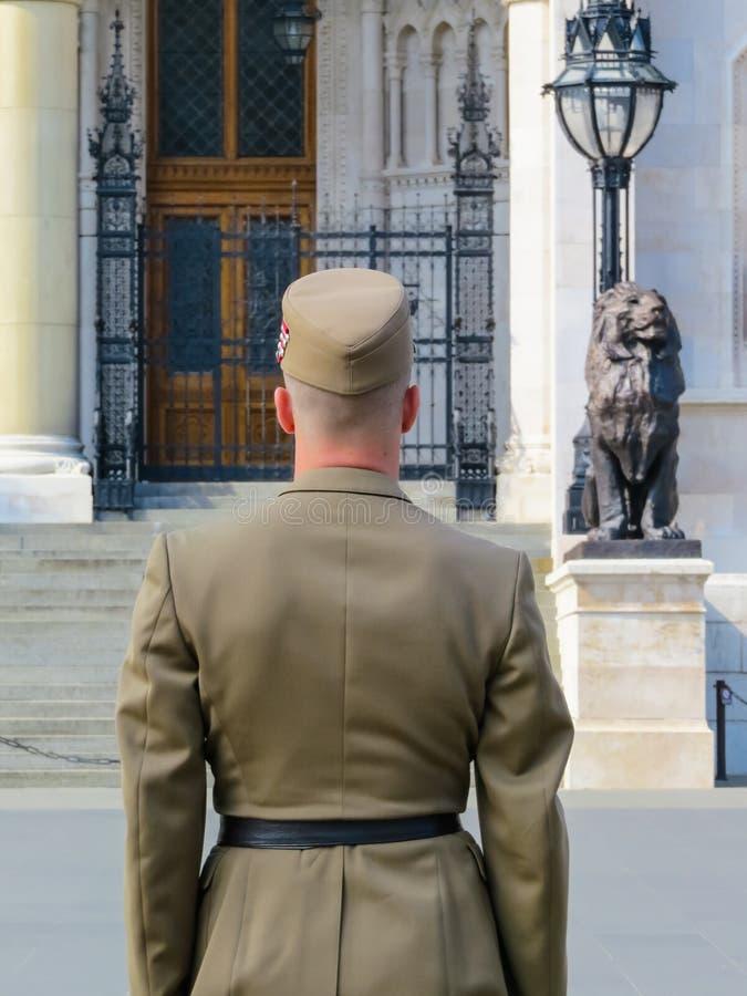 De Hongaarse militair die zich op een controle-post tegen het Hongaarse Parlementsgebouw bevinden royalty-vrije stock foto's