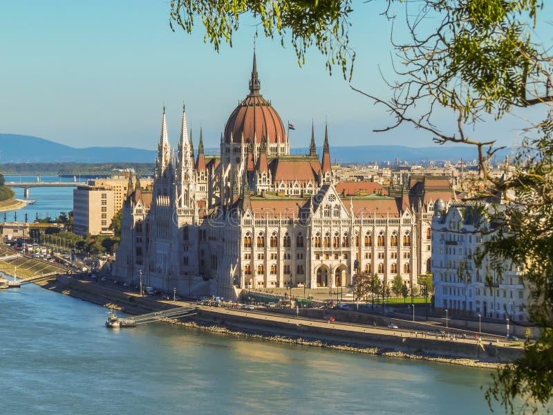De Hongaarse Parlementsgebouw en Rivier van Donau stock afbeelding