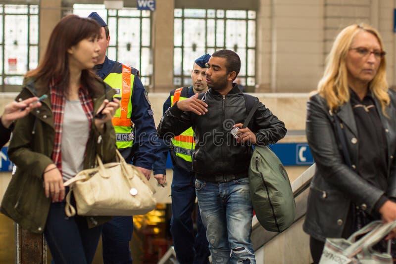 De Hongaarse politie houdt één van Syrische vluchtelingen bij het station van Boedapest vast Keleti royalty-vrije stock foto's