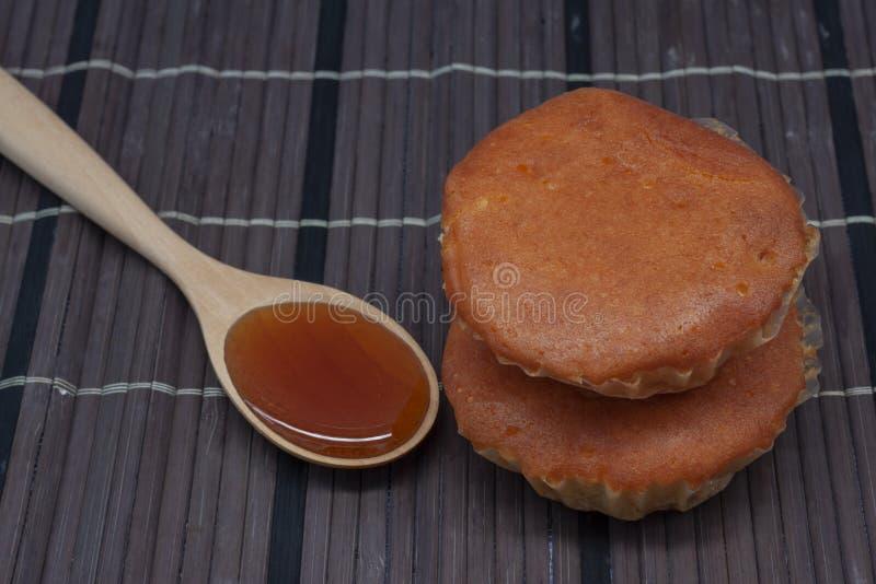 De honing is een ingrediënt in het maken van snoepjes royalty-vrije stock foto