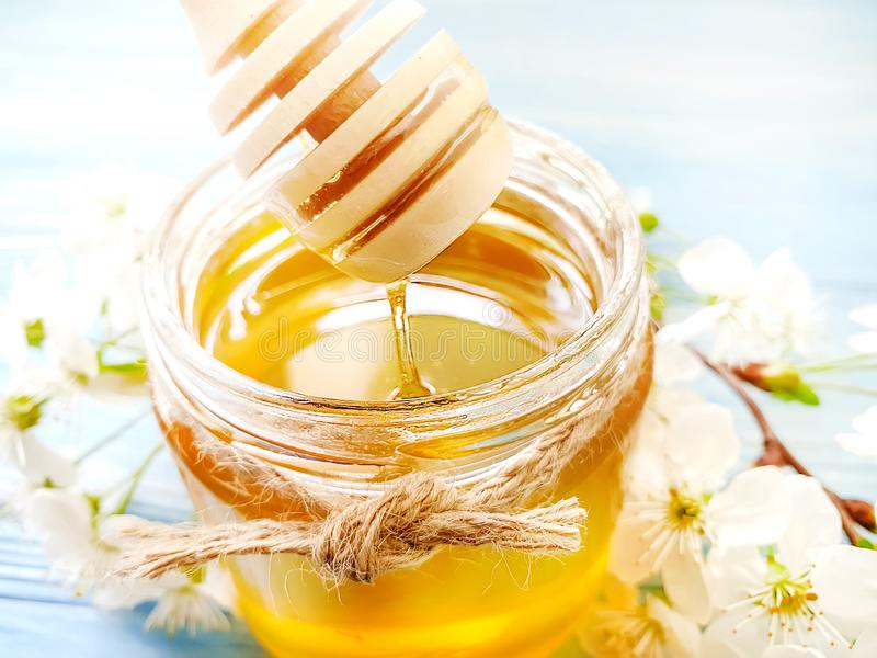 De honing, natuurlijke uitstekende het ingrediëntenkers van de dessert smakelijke lente komt op houten achtergrond tot bloei royalty-vrije stock afbeeldingen