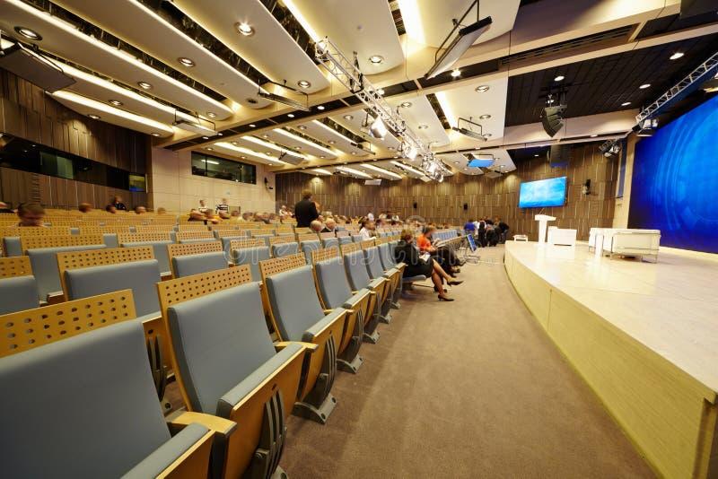 De hoofd conferentiezaal in Internationale multimedia centreert stock afbeelding