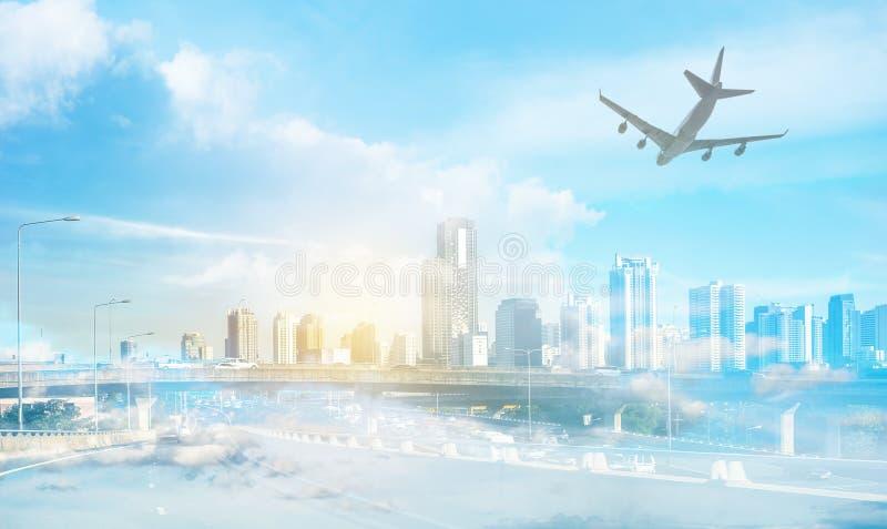 De hoofd stedelijke bouw op snelweg in Bangkok met vliegtuig royalty-vrije stock foto