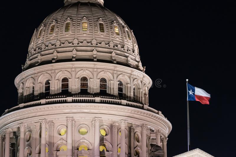 De Hoofdbouw van Texas Flag Flying Night Austin van de Lonestarstaat stock foto
