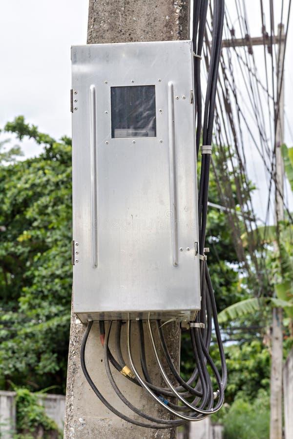 De hoofdbreker van de kringsdoos op elektriciteitspost stock afbeelding