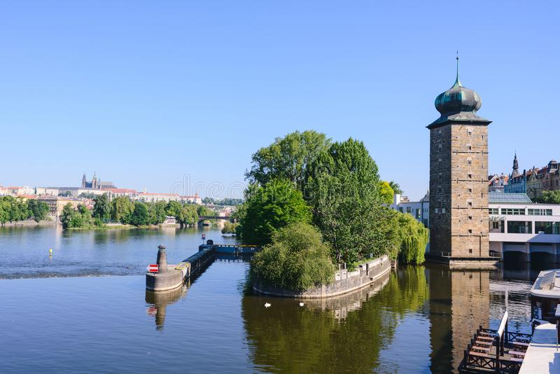 De hoofdgezichten van Praag - Dijk van de Vltava-Rivier en Sitkovska-de watertoren, Praag, Tsjechisch aangaande royalty-vrije stock afbeelding