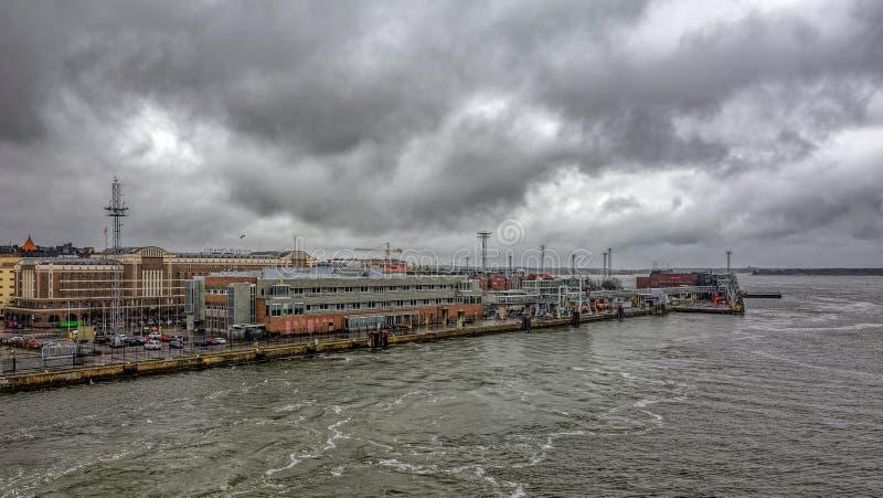 De hoofdhaven Viking Line Terminal van Helsinki op het eiland van dijkkatajanokka bij donkere regenachtige dag stock foto's