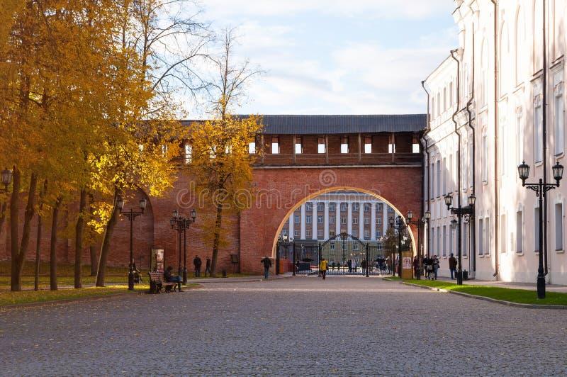 De hoofdingang aan Novgorod het Kremlin en toeristen die in het Kremlin lopen parkeert in Veliky Novgorod, Rusland stock afbeelding