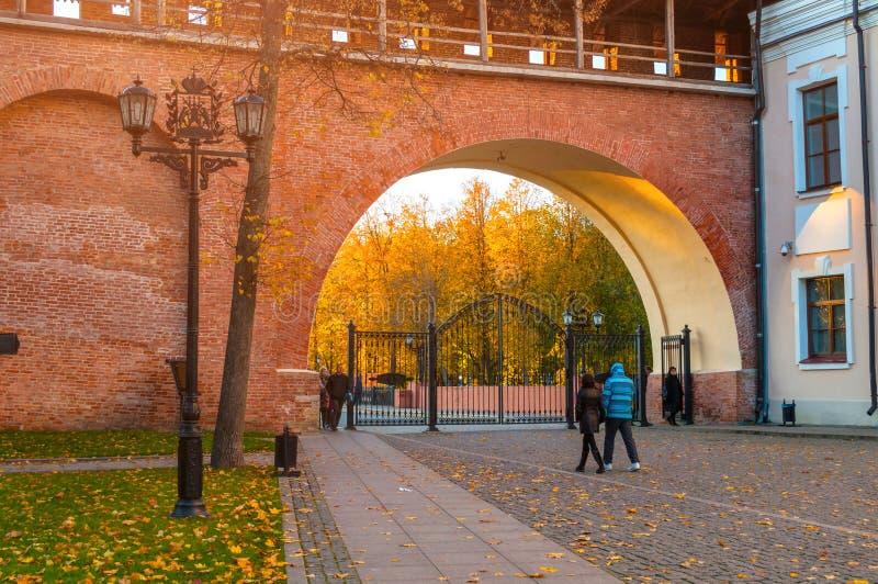 De hoofdingang aan Novgorod het Kremlin en toeristen die in Novgorod het Kremlin lopen parkeert in Veliky Novgorod, Rusland stock fotografie