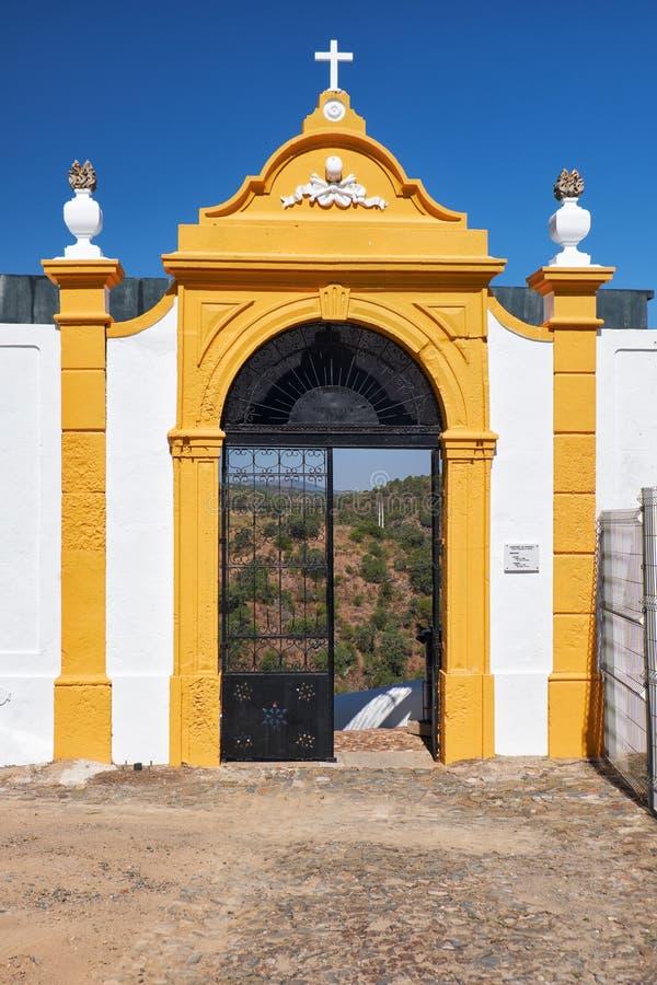 De hoofdingang van de begraafplaats dichtbij belangrijkste matri van kerkigreja royalty-vrije stock afbeelding