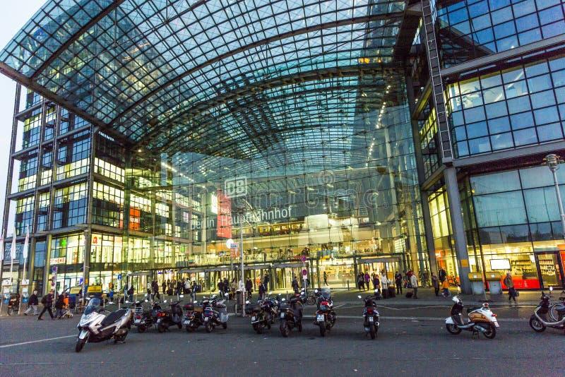 De hoofdpost van Berlijn frontview in 's nachts Berlijn royalty-vrije stock foto's