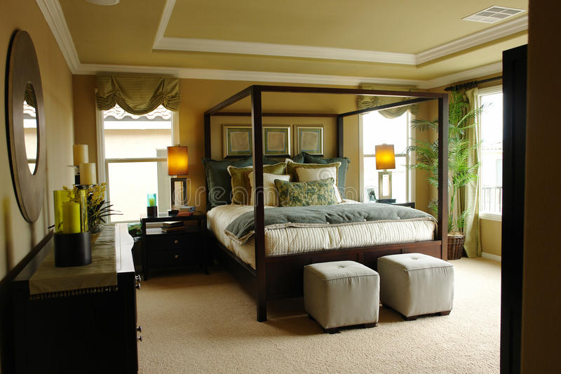 De hoofdslaapkamer van de luxe stock foto