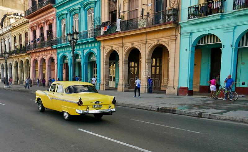 De hoofdstraat van Havana, Cuba met auto stock afbeelding