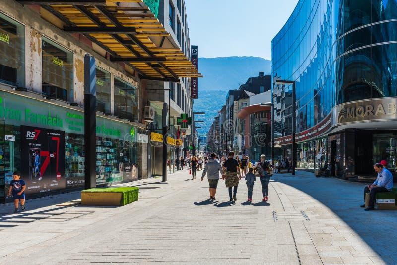 De hoofdstraat van La Vella van Andorra met winkels, Andorra stock foto's