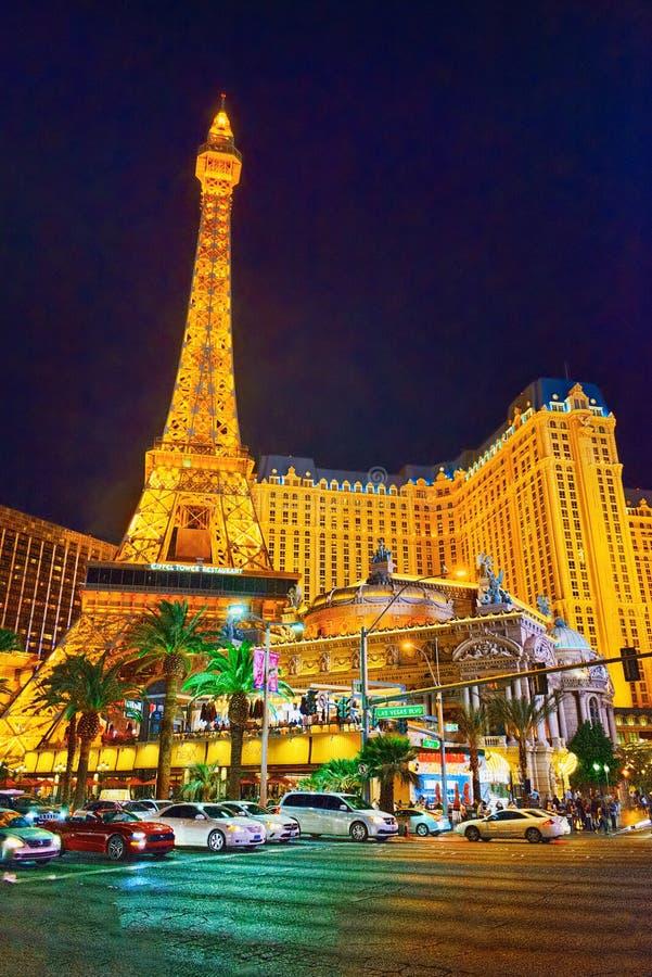 De hoofdstraat van Las vegas-is de Strook in avondtijd Casino, hotel en toevlucht Parijs stock foto's