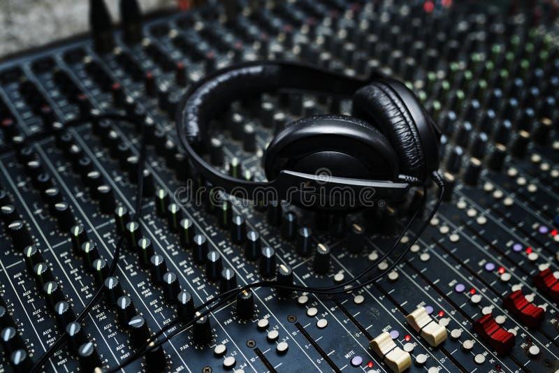 De hoofdtelefoon is op de post van het vermaakdj van het mixermateriaal royalty-vrije stock fotografie