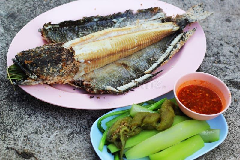 De hoofdvissen van de grillslang met met een laag bedekt zout royalty-vrije stock afbeelding