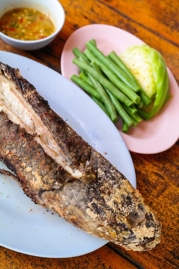 De hoofdvissen van de grillslang met met een laag bedekt zout stock afbeelding