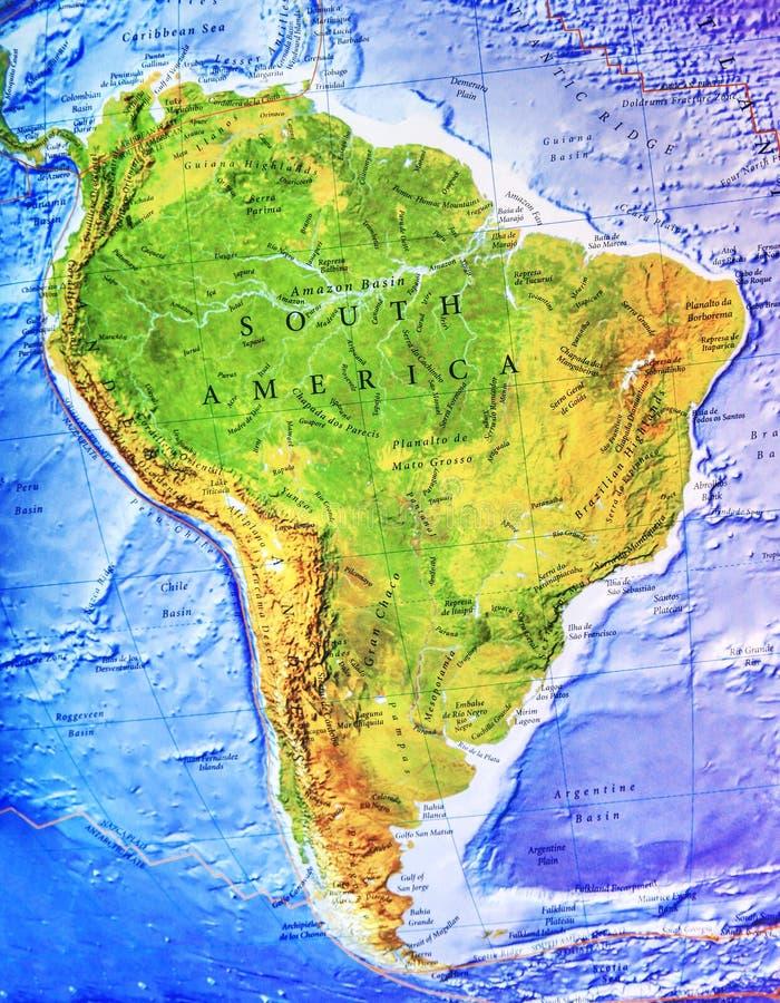 De hoog gedetailleerde fysieke kaart van Zuid-Amerika met etikettering royalty-vrije stock afbeeldingen