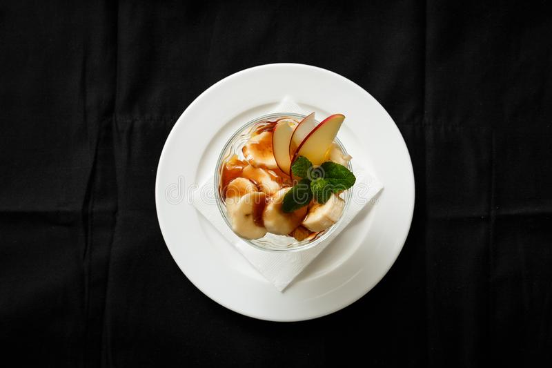 De hoogste appel van de het dessertbanaan van het meningsroomijs in glas royalty-vrije stock afbeelding
