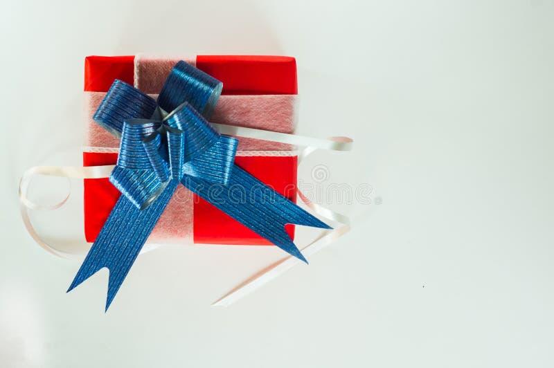 De hoogste dag van meningsvalentine van gift rood vakje, met blauw boog en lint, met document hartvorm, op wit geïsoleerde achter royalty-vrije stock afbeelding