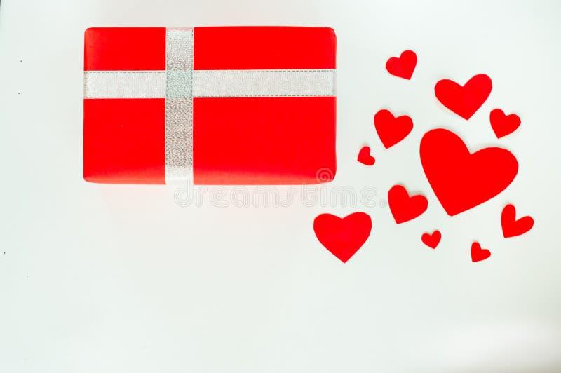 De hoogste dag van meningsvalentine van gift rood vakje, met boog en lint, met document hartvorm, op witte achtergrond, concept h royalty-vrije stock afbeelding