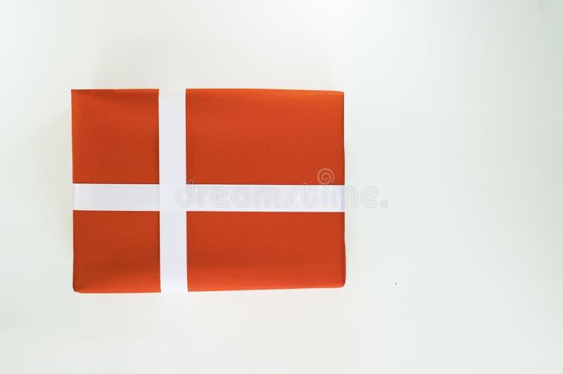 De hoogste dag van meningsvalentine van gift rood vakje, met en lint, met document hartvorm, op wit geïsoleerde achtergrond, conc stock foto