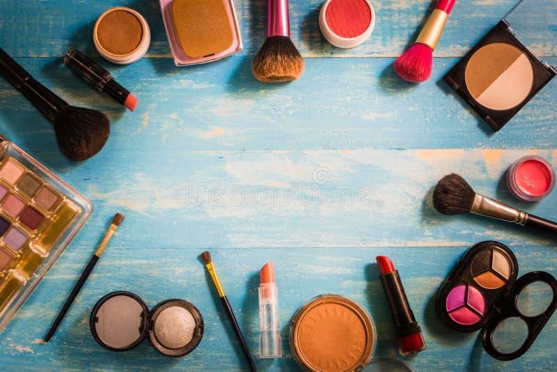 De hoogste die Make-up van meningsschoonheidsmiddelen op een houten lijst wordt geplaatst stock afbeeldingen